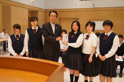 野崎町長と福祉介護家列の生徒